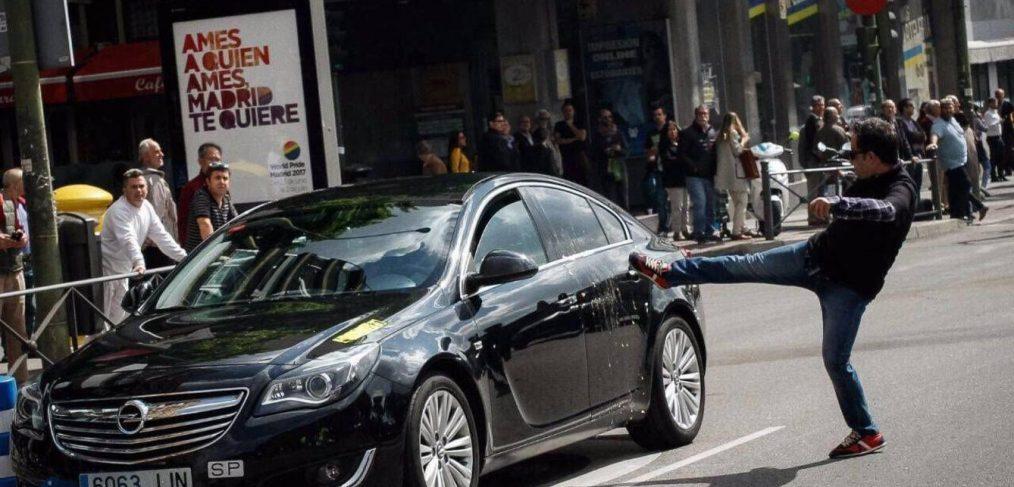 Taxista golpea un vehiculo de Uber